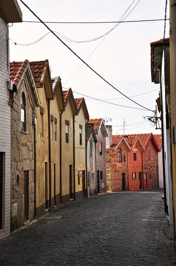 Малая улица в типичной португальской деревне с красочными домами стоковые фото