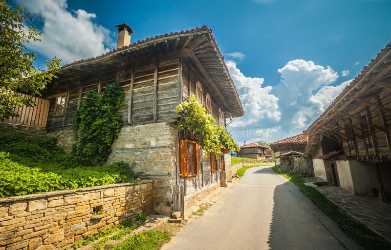 Малая улица с старыми деревянными домами в деревне Zheravna Балканов день солнечный сентябрь стоковые изображения rf