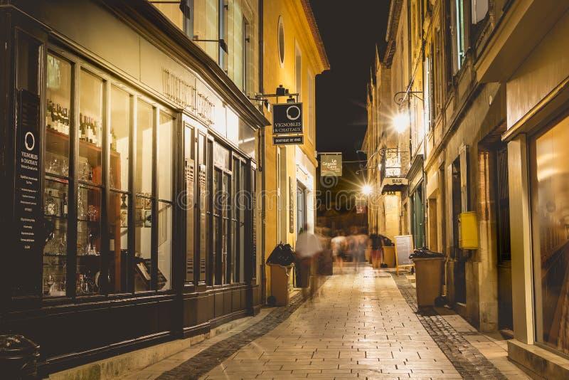 Малая улица французского городка Святого Emilion к ноча стоковые фотографии rf