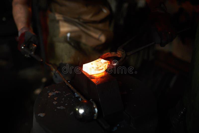 Малая heated деталь на наковальне стоковое изображение rf