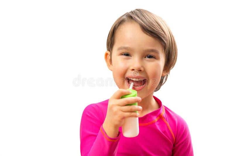 Маленькая больная девушка использовала медицинский брызг для дыхания стоковая фотография