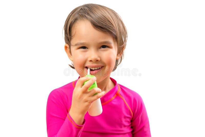 Маленькая больная девушка использовала медицинский брызг для дыхания стоковые изображения rf