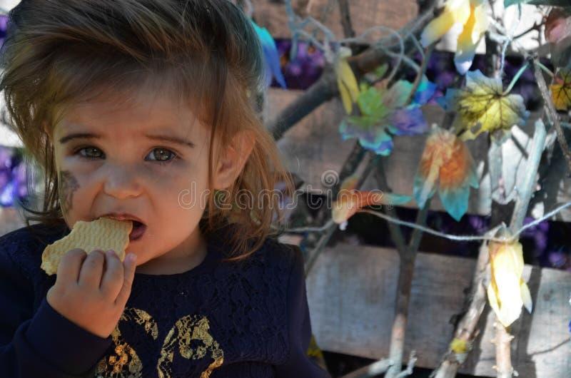 Маленькая ведьма, девушка в костюме ведьмы, девушка одетая как ведьма в лесе со шляпой, хеллоуином стоковая фотография