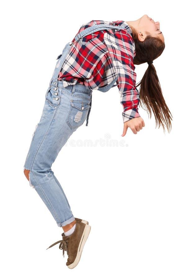 Маленькая девочка, без сокращений, в профиле стоит на пальц ноги-hocks, танцы, согнутый, изолированные на белой предпосылке стоковое изображение