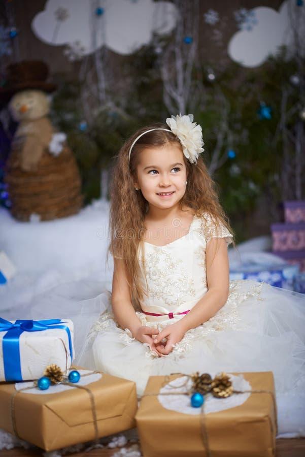 Маленькая девочка близко с подарками на рождество стоковая фотография rf