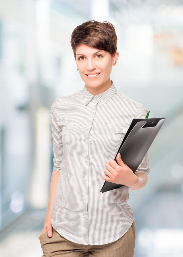 Маленькая девочка бухгалтера с папкой стоковая фотография rf