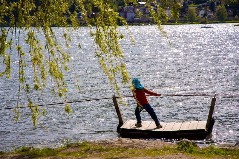 Маленькая девочка вытягивает вдоль портового района на сплотке и веревочке стоковые изображения rf