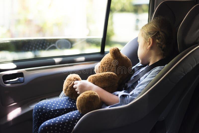 Маленькая девочка в автокресле стоковые фотографии rf
