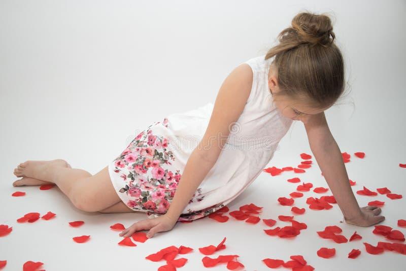 Маленькая девочка в влюбленности смотря вниз заботливо стоковое фото rf
