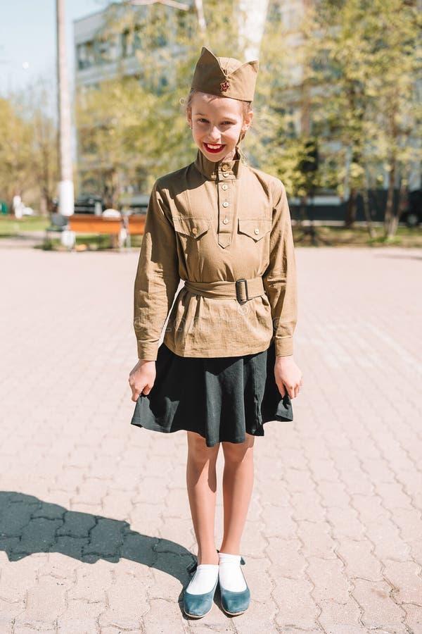 Маленькая девочка в военной форме на день праздника победы стоковое изображение