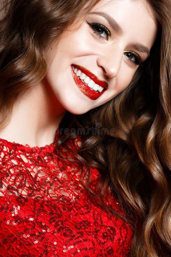 Маленькая девочка в гениальном красном макияже платья и выравниваться Красивая усмехаясь модель в изображении Нового Года со скру стоковое изображение