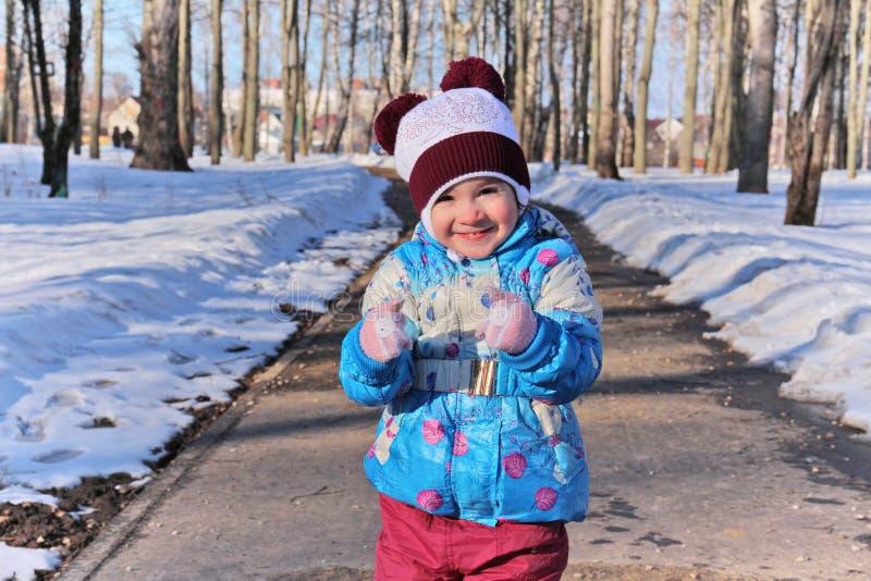 Маленькая девочка в дне зимы солнечном стоковые изображения rf