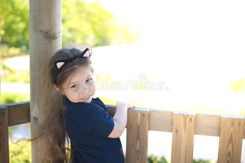 Маленькая девочка в играть парка лета ребенок счастливый Место Svobodnoe для текста скопируйте космос стоковые фотографии rf