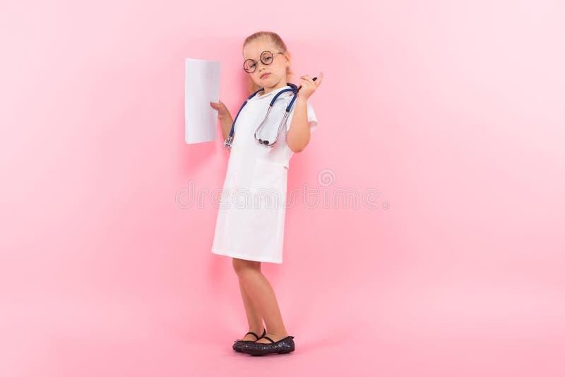 Маленькая девочка в костюме доктора с бумагой стоковые изображения rf