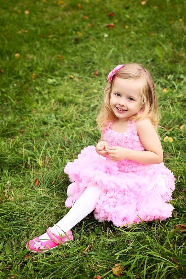 Маленькая девочка в красивейшем платье в парке лета стоковая фотография rf