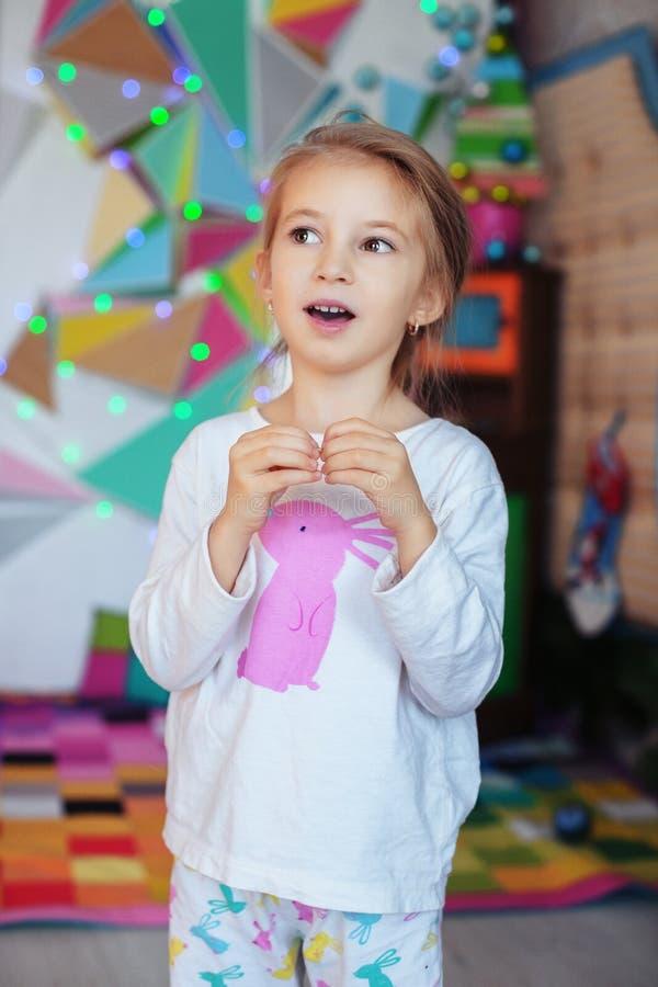 Маленькая девочка в пижамах поя стоковое изображение