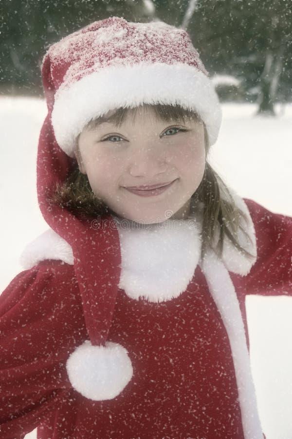Маленькая девочка в платье Кристмас в снежностях стоковое фото rf