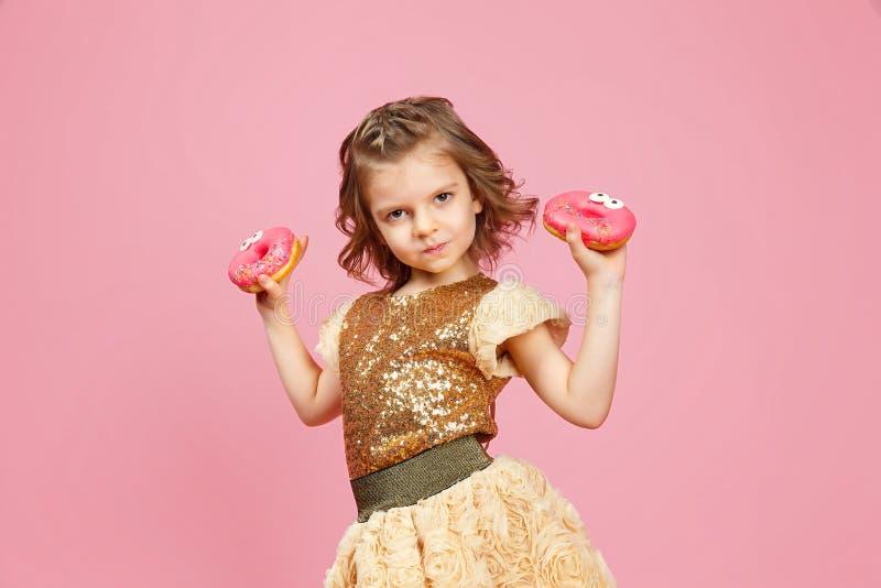 Маленькая девочка в платье с donuts стоковые изображения rf