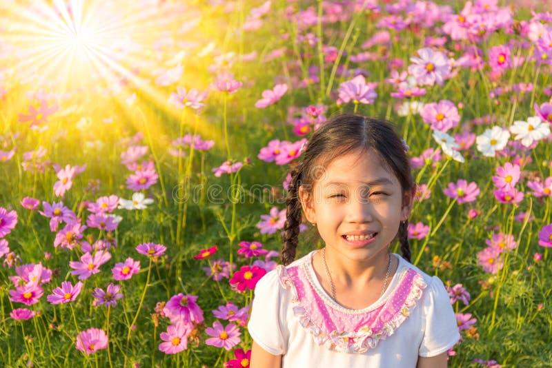 Маленькая девочка в поле розового космоса Bipin цветка космоса стоковая фотография rf