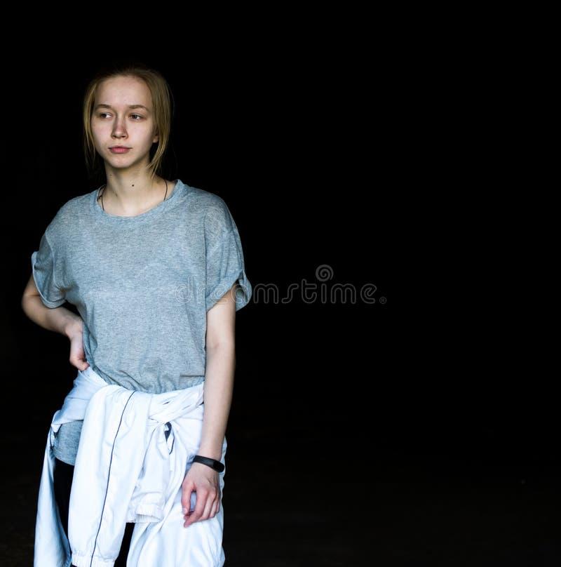 Маленькая девочка в темной пещере стоковое фото rf