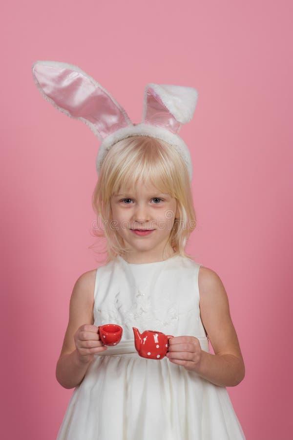Маленькая девочка в ушах зайчика, пасха стоковое фото