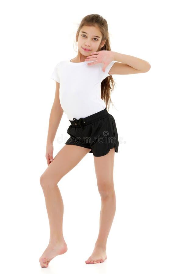 Маленькая девочка в чистой белой футболке для рекламировать и шортов стоковое изображение rf