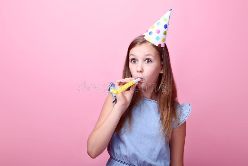 Маленькая девочка в шляпе дня рождения стоковые изображения