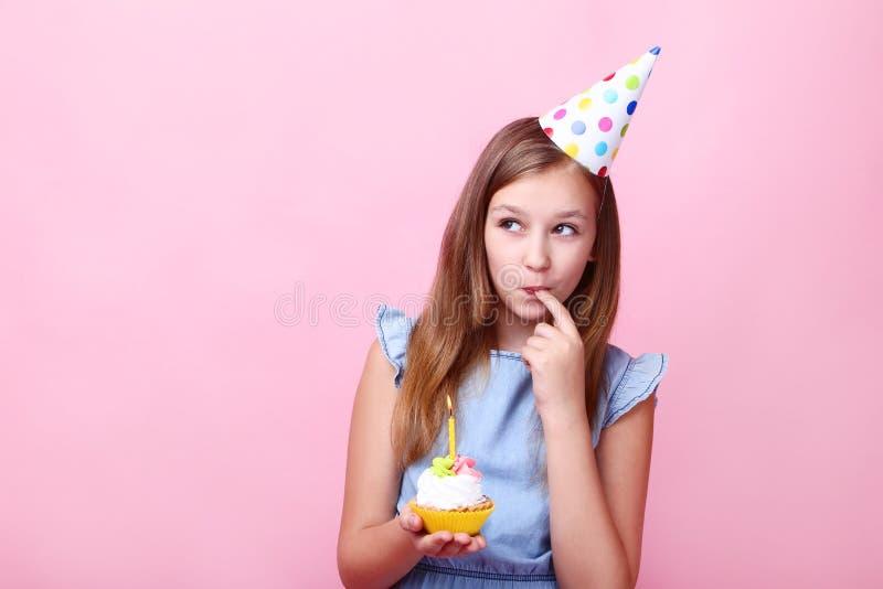 Маленькая девочка в шляпе дня рождения стоковое фото