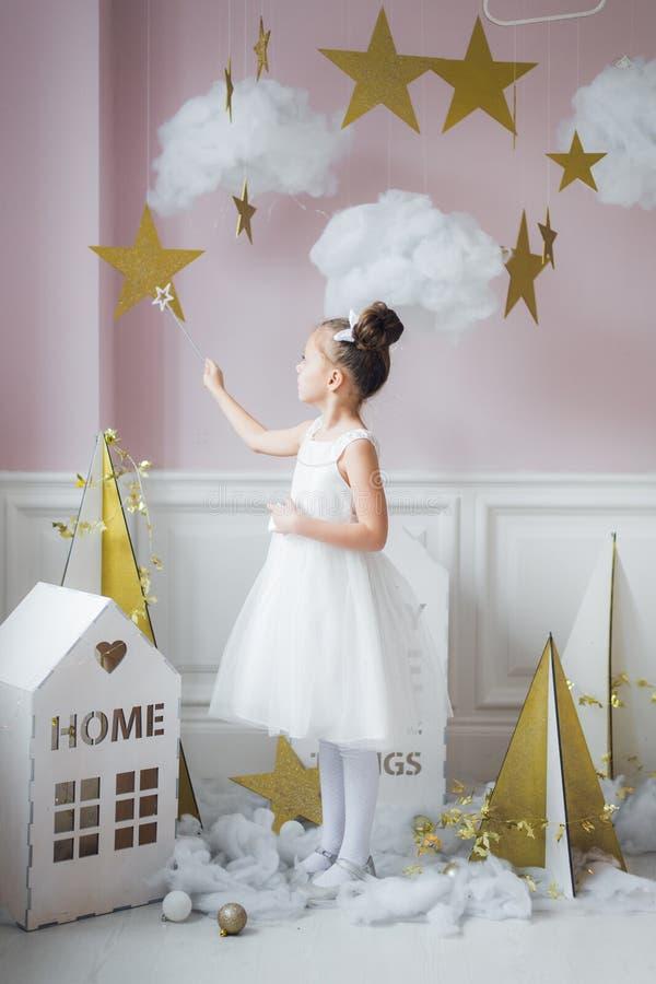 Маленькая девочка в fairy костюме в fairy украшении стоковые изображения