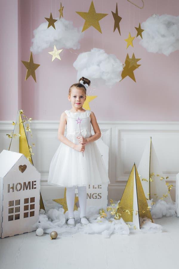 Маленькая девочка в fairy костюме в fairy украшении стоковая фотография