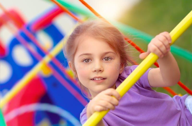 Маленькая девочка дальше playgarden стоковое изображение