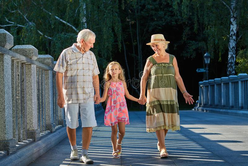 Маленькая девочка, дед и бабушка стоковая фотография rf