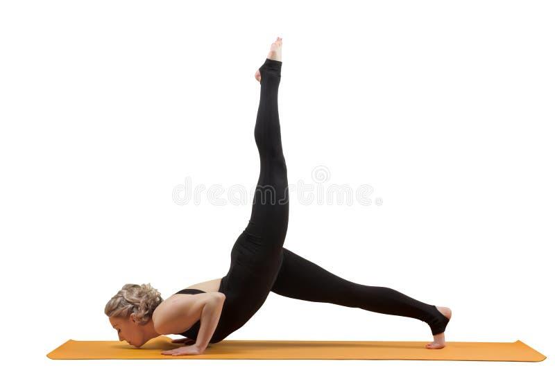 Маленькая девочка делая йогу изолированную на белой предпосылке стоковые фотографии rf