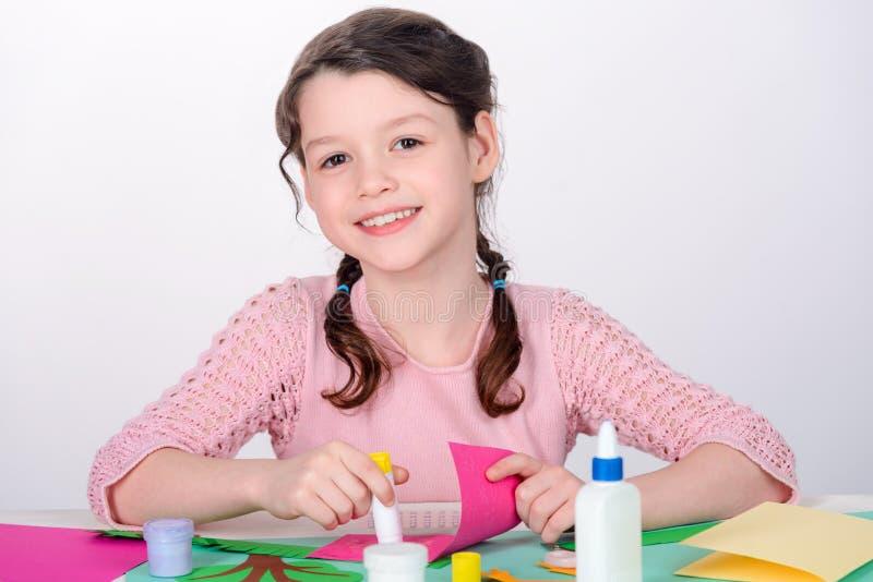 Маленькая девочка делая карту ремесла стоковые изображения rf