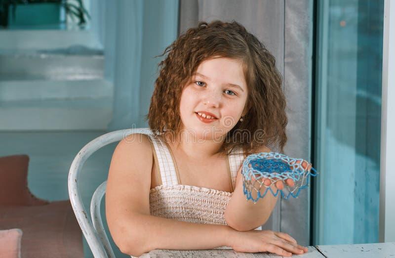 Маленькая девочка делая ювелирные изделия стоковое изображение rf