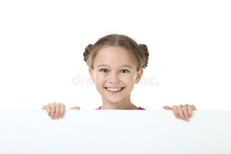Маленькая девочка держа пустую доску стоковое изображение