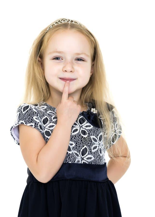Маленькая девочка думает стоковые фотографии rf