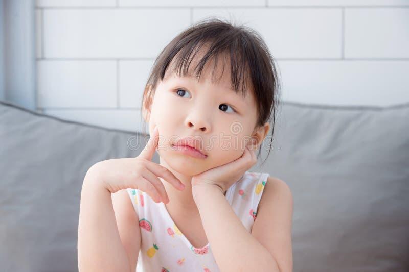 Маленькая девочка думая и смотря вверх стоковые изображения