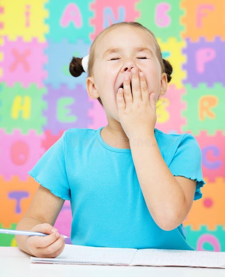 Маленькая девочка зевает стоковое изображение rf