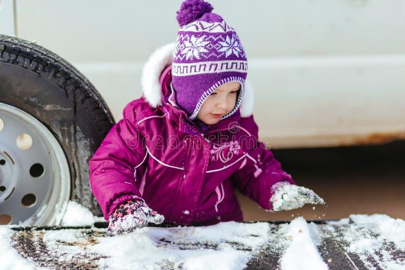 маленькая девочка играя в улице в зиме стоковое фото rf