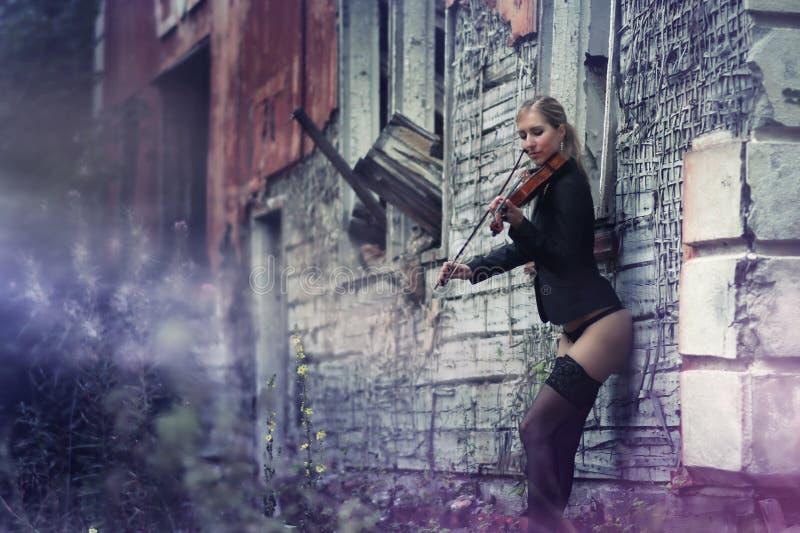 Маленькая девочка играя скрипку стоковая фотография rf