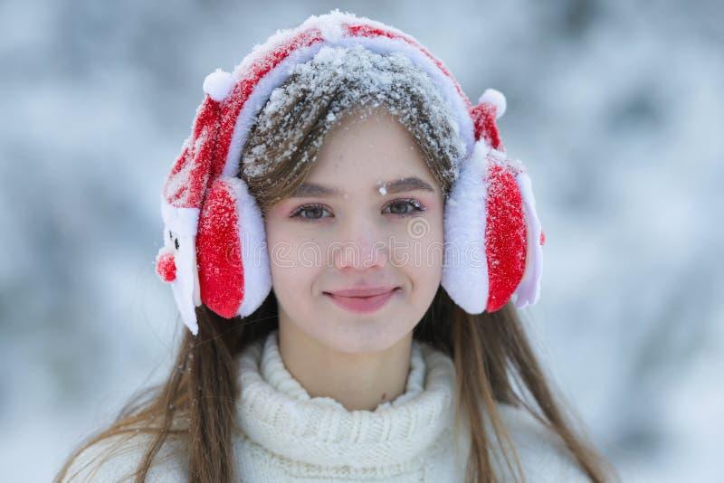 Маленькая девочка идет в лес зимы с корзиной мандарина стоковые фото
