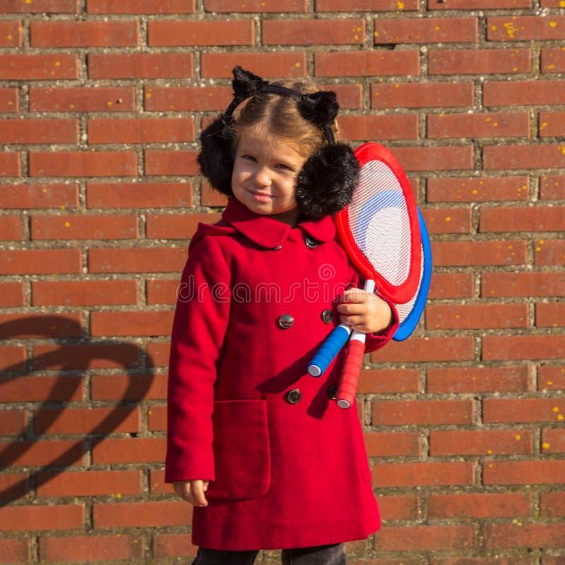 Маленькая девочка идет сыграть бадминтон стоковое изображение rf