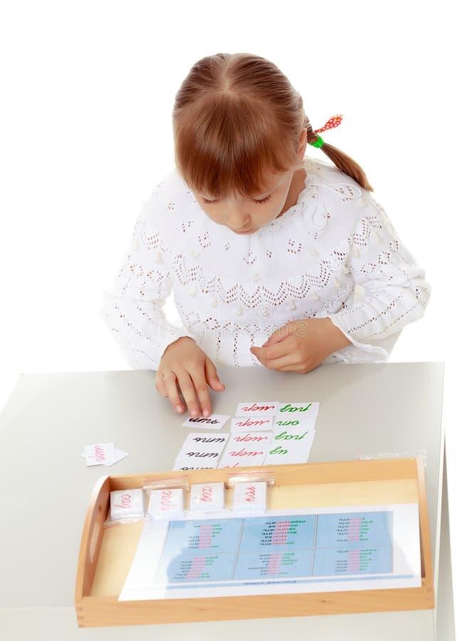 Маленькая девочка изучает вещество Montessori стоковые фотографии rf