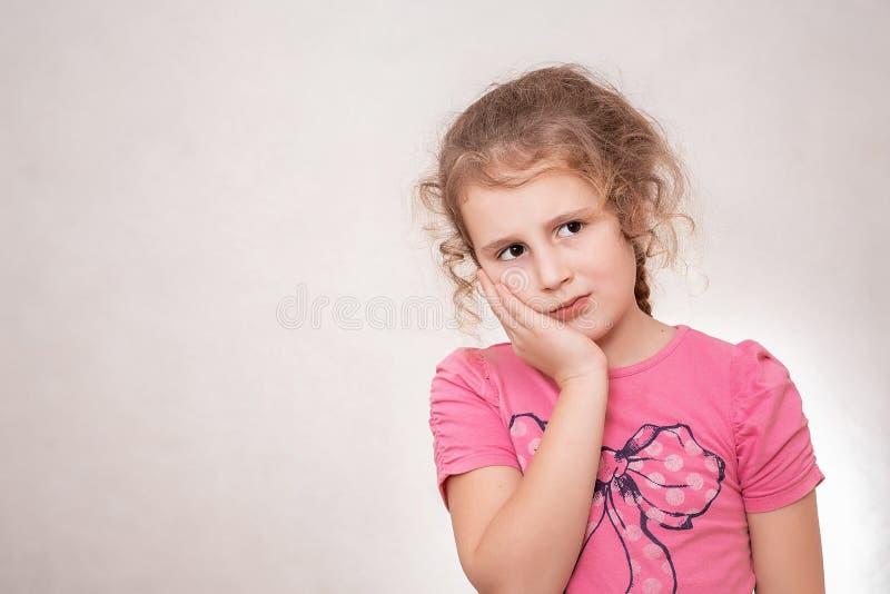 Маленькая девочка имеет toothache Концепция боли Молодое эмоциональное предназначенное для подростков r стоковые изображения rf