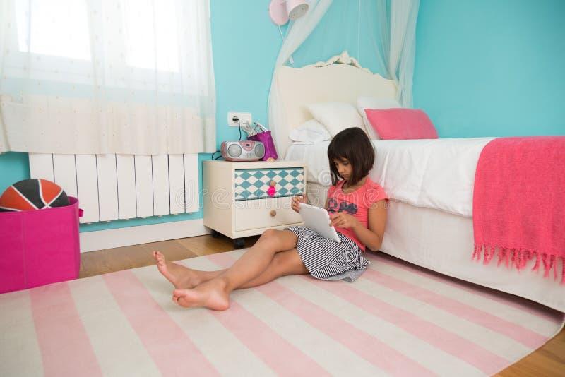 Маленькая девочка используя ПК таблетки стоковые фотографии rf
