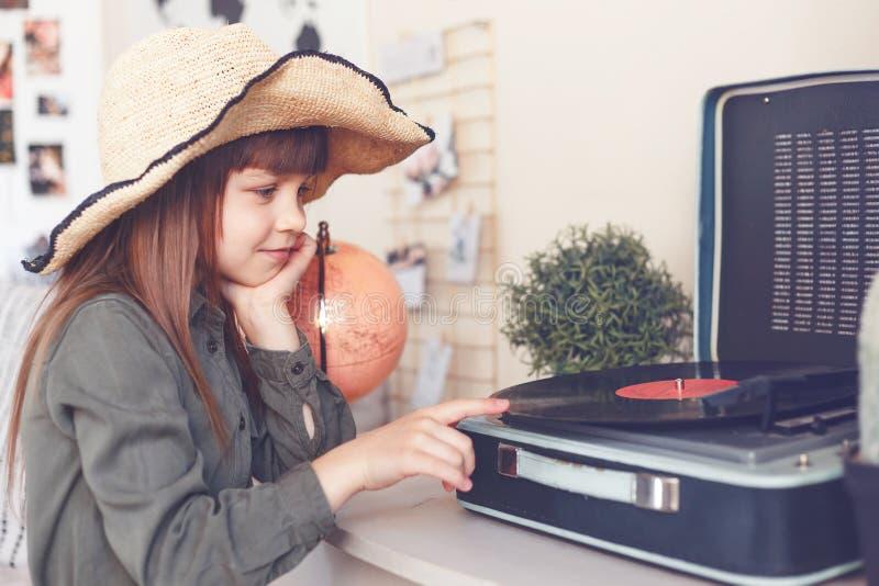 Маленькая девочка и винил-игрок Концепции музыки и технологий других поколений стоковые фотографии rf