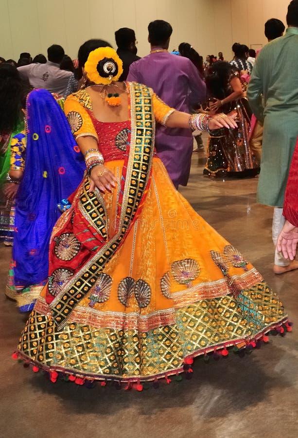 Маленькая девочка и группа людей наслаждаются индусским фестивалем носить Navratri Garba традиционный уничтожают стоковое фото rf