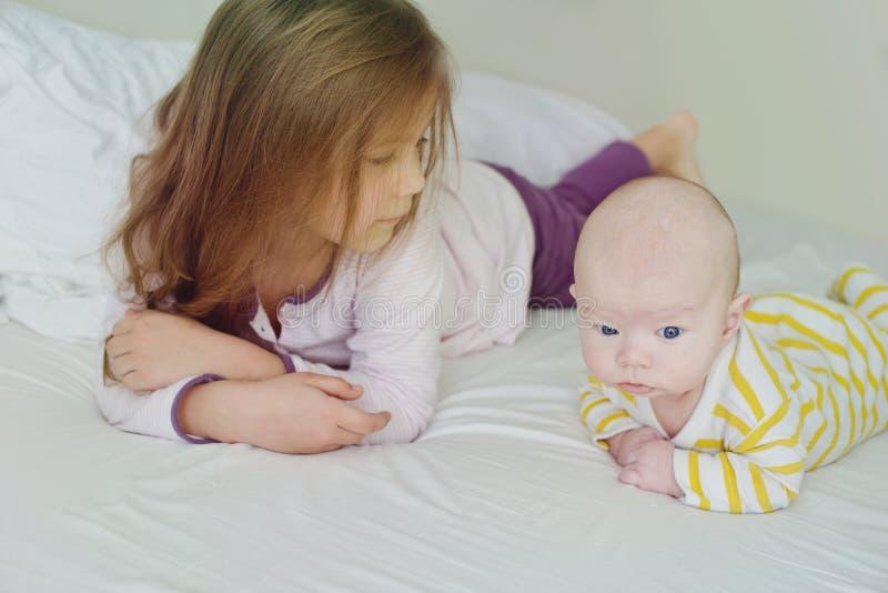 Маленькая девочка и ее брат младенца стоковые изображения