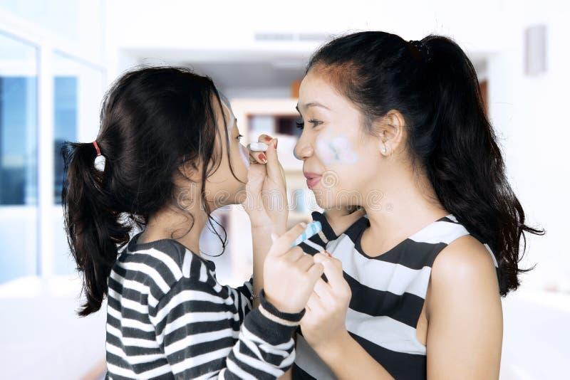 Маленькая девочка и мать играя с crayons стоковая фотография